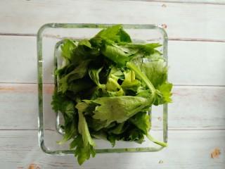 凉拌芹叶,把芹菜叶洗净。
