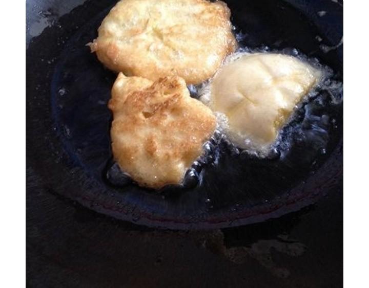 鸡蛋馒头,下锅油炸两面金黄酥脆,捞出。