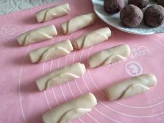 酥掉渣的蛋黄酥,月饼季做起来,全部制作完成后,静置15分钟。