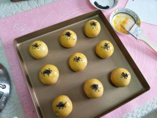 酥掉渣的蛋黄酥,月饼季做起来,所有的制作完后,用毛刷刷蛋黄液,撒少许黑芝麻。