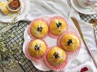 酥掉渣的蛋黄酥,月饼季做起来,出炉放到晾网上。温热后,可以装盘