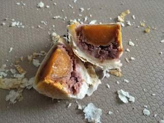 酥掉渣的蛋黄酥,月饼季做起来,红豆是自己制作的红芸豆豆沙,非常的好吃。
