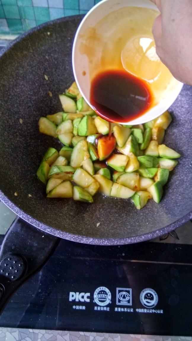 耗油西葫芦,倒入事先调好的料汁,煸炒均匀