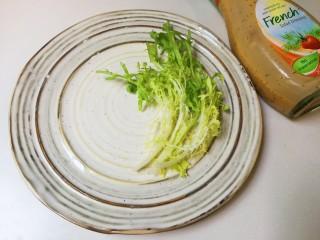 法式沙拉酱锅煎香甜鸡脯肉,苦菊放入盘中