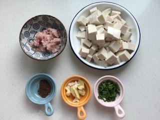 麻婆豆腐,嫩豆腐一块切小块、去皮五花肉100g剁碎、花椒粉1g、姜2片、蒜瓣2个拍碎、葱花少许