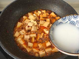 麻婆豆腐,再放半碗淀粉水(半汤匙生粉➕半碗清水搅拌均匀)