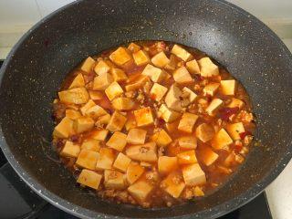 麻婆豆腐,煮开后汤汁浓稠即可