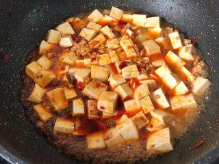 麻婆豆腐,加少许盐、少许老抽、白糖半汤匙、小半碗清水轻翻均匀煮3分钟