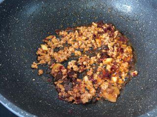 麻婆豆腐,翻炒出红油