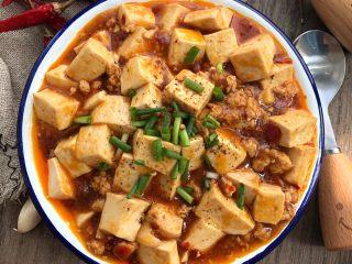 麻婆豆腐,装盘撒花椒粉和葱花