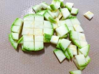 【宝宝辅食】牛肉黄金炒饭,期间把西葫芦切丁