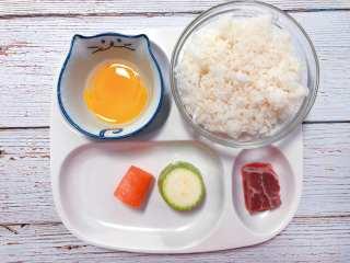 【宝宝辅食】牛肉黄金炒饭,准备食材:米饭 1小碗、蛋黄1个、牛肉 1小块、胡萝卜、西葫芦