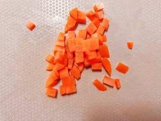 【宝宝辅食】牛肉黄金炒饭,焯好的胡萝卜切丁