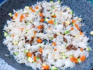 【宝宝辅食】牛肉黄金炒饭,米饭倒入锅中,用勺子背部,把米饭压散,翻炒均匀