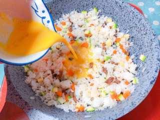 【宝宝辅食】牛肉黄金炒饭,最后把蛋黄液倒入米饭中,翻炒均匀,使每个米粒上面均裹上金黄色的蛋黄
