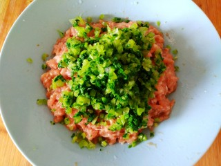 萝卜缨猪肉馅包子,把切好的萝卜缨放入肉馅里