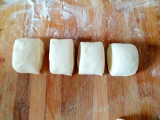 萝卜缨猪肉馅包子,均匀分成大小剂子