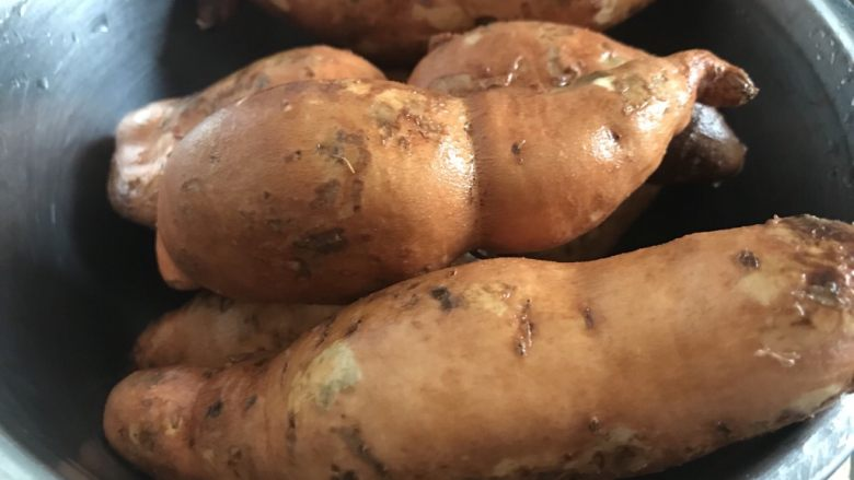 红薯这样吃更美味~芝士焗红薯, 1.<a style='color:red;display:inline-block;' href='/shicai/ 2585'>红薯</a>洗干净。