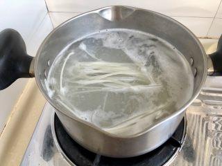 一人食好选择➕番茄肉片汤米粉,坐锅烧水,水开,放入适量干米粉,关火,加盖焖制半小时。