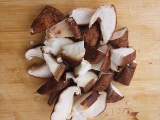 香菇焖鸡腿,香菇切小块。