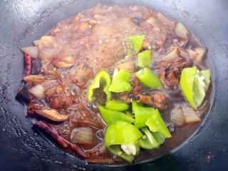 香菇焖鸡腿,炖十五分钟,加入青椒。
