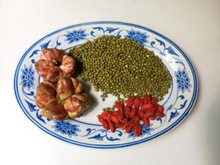 明目去火枸杞百合绿豆汤,准备好绿豆,百合,枸杞