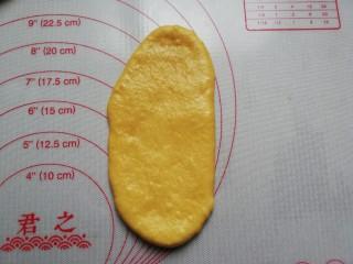 南瓜蜂蜜脆底小面包,擀成长舌状