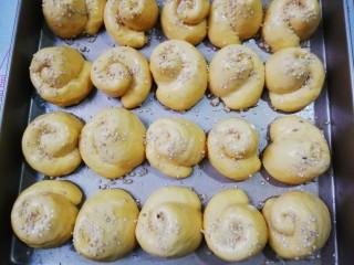 南瓜蜂蜜脆底小面包,刷上蛋液,撒上白芝麻