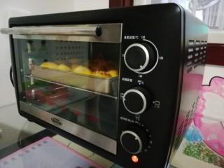 南瓜蜂蜜脆底小面包,烤箱预热180度上下火烤30分钟左右