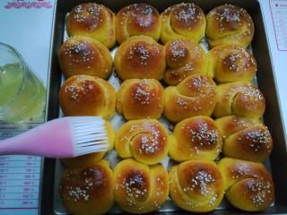 南瓜蜂蜜脆底小面包,出炉后迅速刷上蜂蜜水