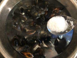 淡菜冬瓜汤,淡菜放入清水盆里,放入一勺盐浸泡1个小时