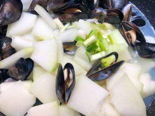 淡菜冬瓜汤,淡菜全部开口了,放入葱白