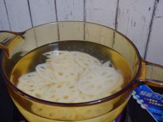 凉拌藕片,锅中烧开水,放入莲藕煮2-3分钟