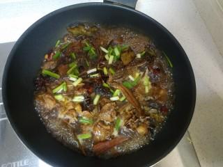 茶树菇焖老鸭,加进水刚好漫过鸭肉,加进葱