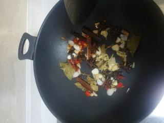 茶树菇焖老鸭,把材料炒香