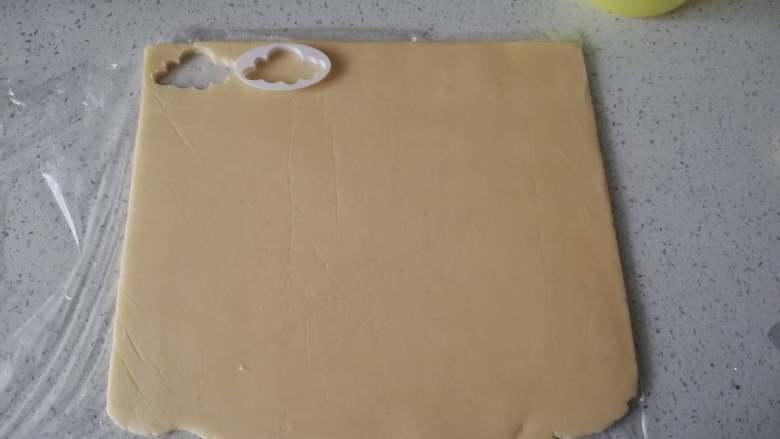 糖霜饼干之平整饼干底,擀好的饼干胚放入冰箱冷藏松驰1小时。