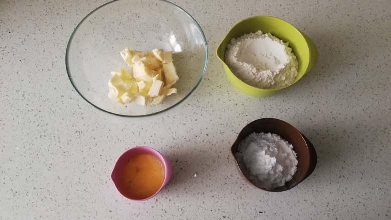 糖霜饼干之平整饼干底,无盐黄油室温下软化,蛋黄室温下回温,低筋面粉、糖粉分别过筛备用。