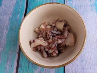 韭菜炒鱿鱼,准备一百克鱿鱼,切成小段。
