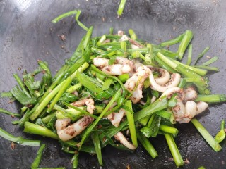 韭菜炒鱿鱼,炒匀就可以出锅。