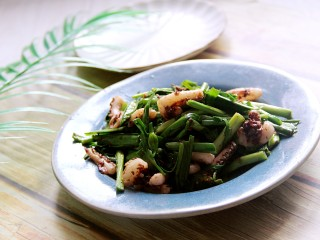 韭菜炒鱿鱼,装盘。