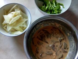 仔姜香爆猪肝,猪肝上桨,仔姜切片,青椒切丝。