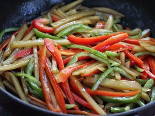 双椒蚝油土豆条,再加入青红椒大火翻炒一分钟