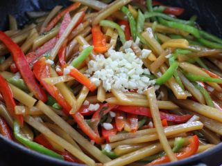 双椒蚝油土豆条,最后出锅前放入蒜末