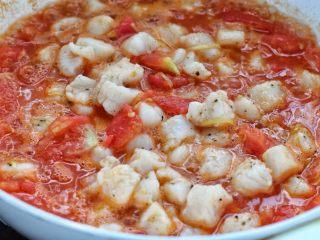 番茄龙利鱼汤,再放入汆烫后的龙利鱼块,煮两分钟左右