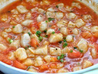 番茄龙利鱼汤,改大火煮至汤汁粘稠,再撒入葱花关火即可