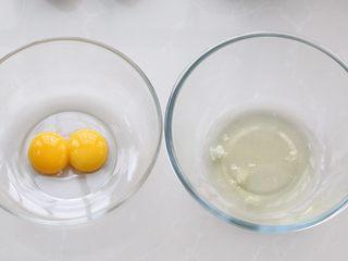 酸奶蛋糕,准备好所需食材,取两个干净无油的容器,将蛋清和蛋黄分离出来