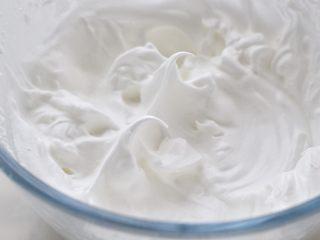 酸奶蛋糕,蛋清中加入柠檬汁,没有柠檬汁就用醋代替,再分三次加入细砂糖,用电动打蛋器高速打至湿性发泡,即提起打蛋器带出的蛋白尖呈弯钩状