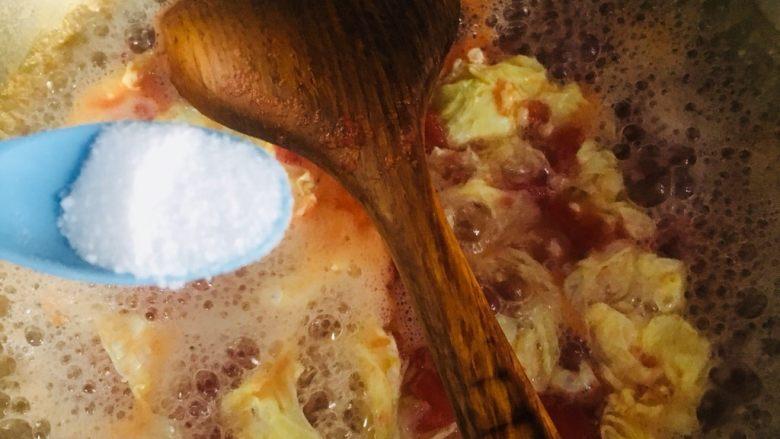 西红柿鸡蛋汤,加入适量的盐调味