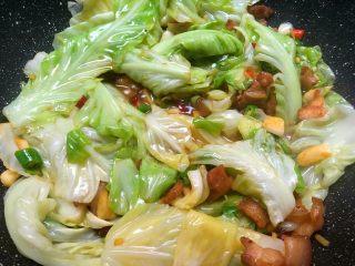 干锅包菜,翻炒至小米椒和青辣椒断生即可出锅