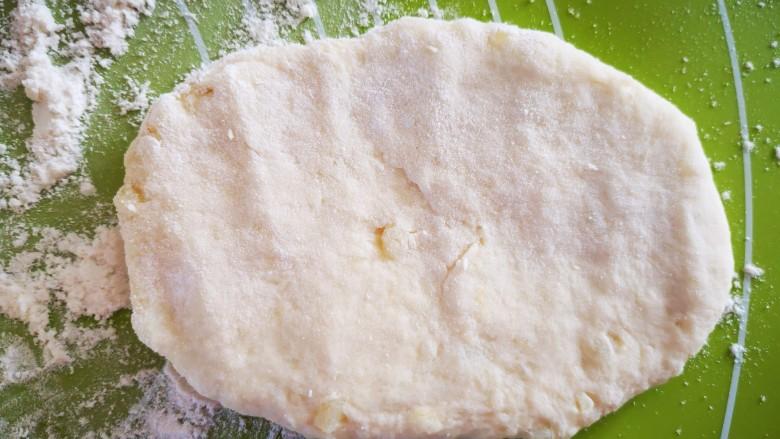 土豆泥芝士棒,取一块土豆泥面团搓圆后用手压成椭圆形